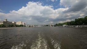 Terraplenagem do rio de Moscou Moskva, dia de Rússia Tiro de um barco de prazer do turista vídeos de arquivo