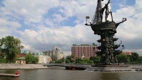 Terraplenagem do rio de Moscou Moskva e o Piter o monumento da sede, dia de Rússia Tiro de um barco de prazer do turista vídeos de arquivo