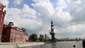 Terraplenagem do rio de Moscou Moskva e o Piter o monumento da sede, dia de Rússia Tiro de um barco de prazer do turista video estoque