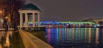 A terraplenagem do rio de Moscou na noite 2 Foto de Stock