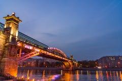 Terraplenagem do rio de Moscou Ponte de Andreevsky na noite Fotos de Stock Royalty Free