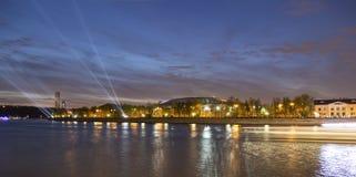 Terraplenagem do rio de Moskva e do estádio de Luzhniki, opinião da noite, Moscou, Rússia Fotos de Stock