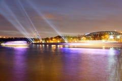 Terraplenagem do rio de Moskva e do estádio de Luzhniki, opinião da noite, Moscou, Rússia Fotografia de Stock Royalty Free