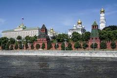 Terraplenagem do rio de Moskva kremlin Imagem de Stock
