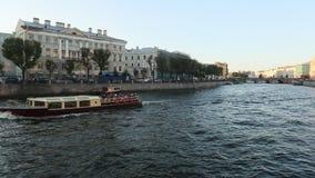 Terraplenagem do rio de Neva em St Petersburg video estoque