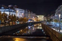 A terraplenagem do rio de Tepla, Karlovy varia Imagens de Stock Royalty Free