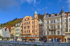 A terraplenagem do rio de Tepla, Karlovy varia, república checa Imagem de Stock