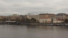 Terraplenagem do rio de Vltava em Praga Fotos de Stock Royalty Free
