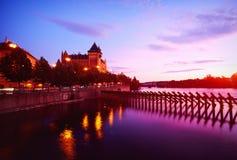 Terraplenagem do rio de Vltava no centro de Praga Foto de Stock