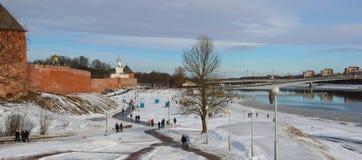 Terraplenagem do rio de Volkhov e do Kremlin de Novgorod na primavera Veliky Novgorod Rússia imagens de stock royalty free