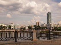 Terraplenagem do rio Iset Cidade de Yekaterinburg Registro de Sverdlovsk Imagem de Stock