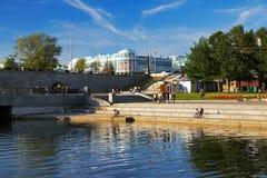 Terraplenagem do rio Iset em Ekaterinburg foto de stock royalty free