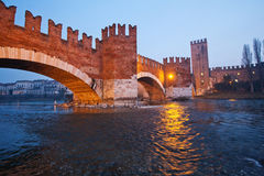 Terraplenagem do rio na noite Imagens de Stock
