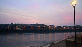 Terraplenagem do rio na noite Fotos de Stock Royalty Free