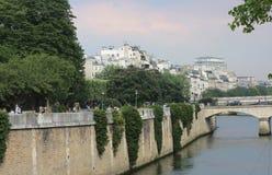 Terraplenagem do rio Seine perto de Notre Dame Vista das casas da ilha de St Louis imagens de stock