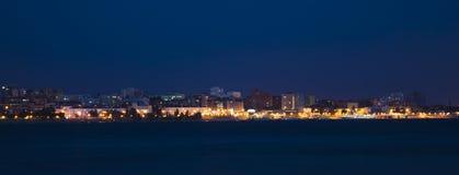 Terraplenagem do Rio Volga na noite no Samara, Rússia Vista panorâmico da cidade fotos de stock royalty free