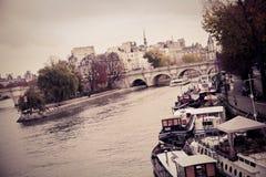 A terraplenagem do Seine River Fotos de Stock Royalty Free