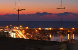 Terraplenagem e baía da noite em Heraklion imagem de stock