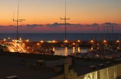 Terraplenagem e baía da noite em Heraklion na hora azul foto de stock royalty free