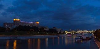 Terraplenagem em Moscou na noite Imagem de Stock
