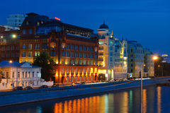 Terraplenagem na noite, Moscou de Yakimanskaya, Rússia Fotografia de Stock Royalty Free