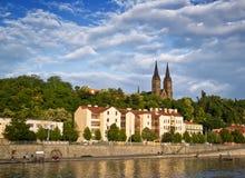 A terraplenagem no banco de rio em Praque, república checa imagens de stock royalty free