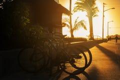 Terraplenagem no oceano, bicicletas estacionadas Fotografia de Stock Royalty Free