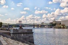 Terraplenagem no parque de Gorky em Moscou Imagem de Stock