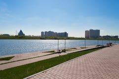Terraplenagem no rio de Ishim em Astana imagem de stock