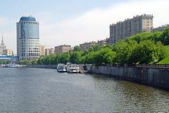 A terraplenagem, o rio é Moscovo Imagem de Stock Royalty Free