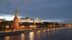 Terraplenagem perto das paredes do Kremlin em Moscou na noite Imagem de Stock