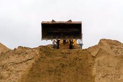Terraplenagens da constru??o, areia movente fotografia de stock