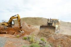 Terraplenagens da maquinaria de mineração fotos de stock royalty free
