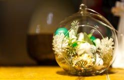 Terrarium med suckulentväxter på trätabellen Royaltyfri Fotografi