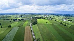 Terras Amish por trilhas da estrada de trilho fotos de stock