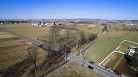 Terras Amish por trilhas da estrada de trilho imagem de stock