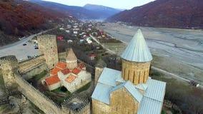 Terras da fortaleza antiga de Ananuri, Geórgia, topview vídeos de arquivo