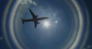 Terras de Airbus em um aeroporto video estoque