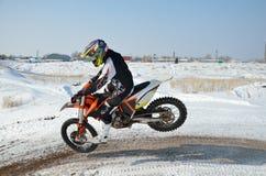 Terras do piloto da motocicleta na roda dianteira imagem de stock royalty free