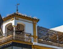 Terras en gazebo met een hangende fiets op het dak van een huis in Sevilla, Spanje stock foto's
