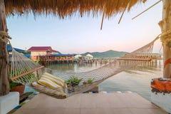 terras met hangmatten in tropisch strand bij zonsopgang royalty-vrije stock afbeeldingen