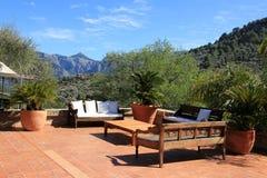 Terras met Mediterraan meubilair Stock Afbeelding