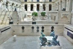 Terras met standbeeld binnen Louvre Stock Foto's