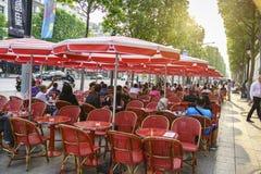 Terras op Avenue des Champs Elysees, Parijs Stock Foto
