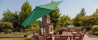 Terras openluchtkeuken en tuin met groene paraplu Royalty-vrije Stock Afbeelding