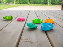 Terras van een buitenhuis met multi-colored speelgoed van kinderen Horizontale richtlijn royalty-vrije stock fotografie
