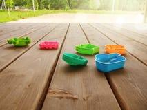 Terras van een buitenhuis met multi-colored speelgoed van kinderen op een zonnige dag Horizontale richtlijn stock afbeelding