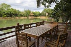 Terras van het restaurant van de waterkant Royalty-vrije Stock Foto