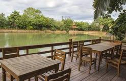 Terras van het restaurant van de waterkant Stock Afbeelding