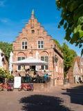 Terras van koffie in oud stadhuis in versterkte stad Woudrichem, N Royalty-vrije Stock Afbeeldingen
